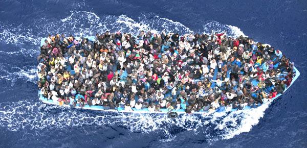 Barco com refugiados rumo à Europa