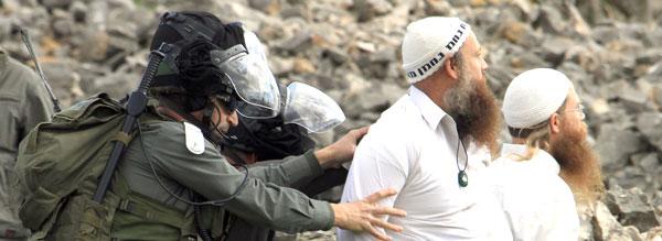 Soldados israelenses impedem colonos judeus de entrarem em conflito com palestinos