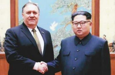 Mike Pompeu e Kim Jong Un apertam as mãos