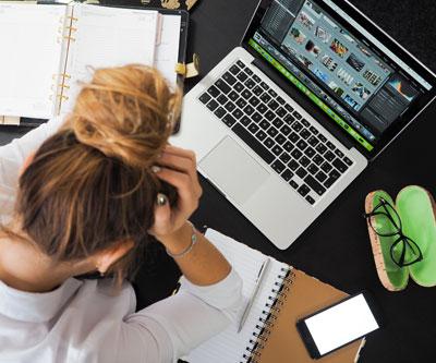 Mulher trabalhando e estudando para o CACD